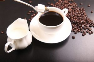 Zrnková káva, mlieko a cukor