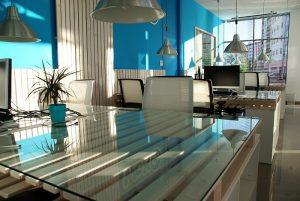 Kancelářský stůl do větší kanceláře
