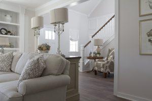Biele obývacie steny vyniknú aj za gaučom